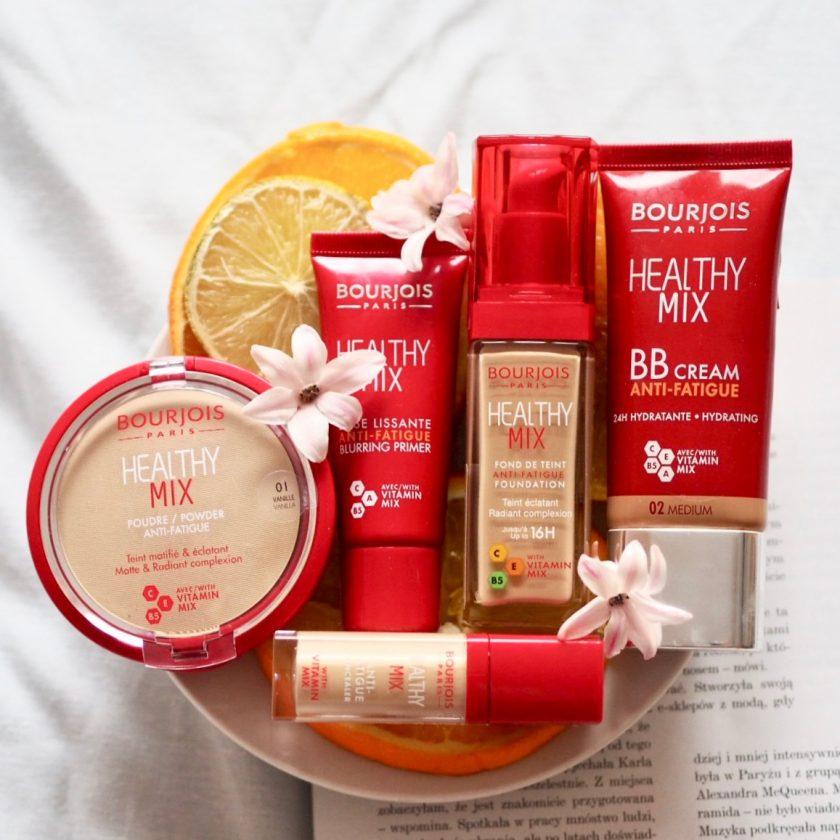 Poznaj serię kosmetyków z witaminami Bourjois Healhy Mix: pachnący podkład, naturalny puder matujący, krem BB, korektor rozświetlający i aromatyczną bazę wygładzającą.