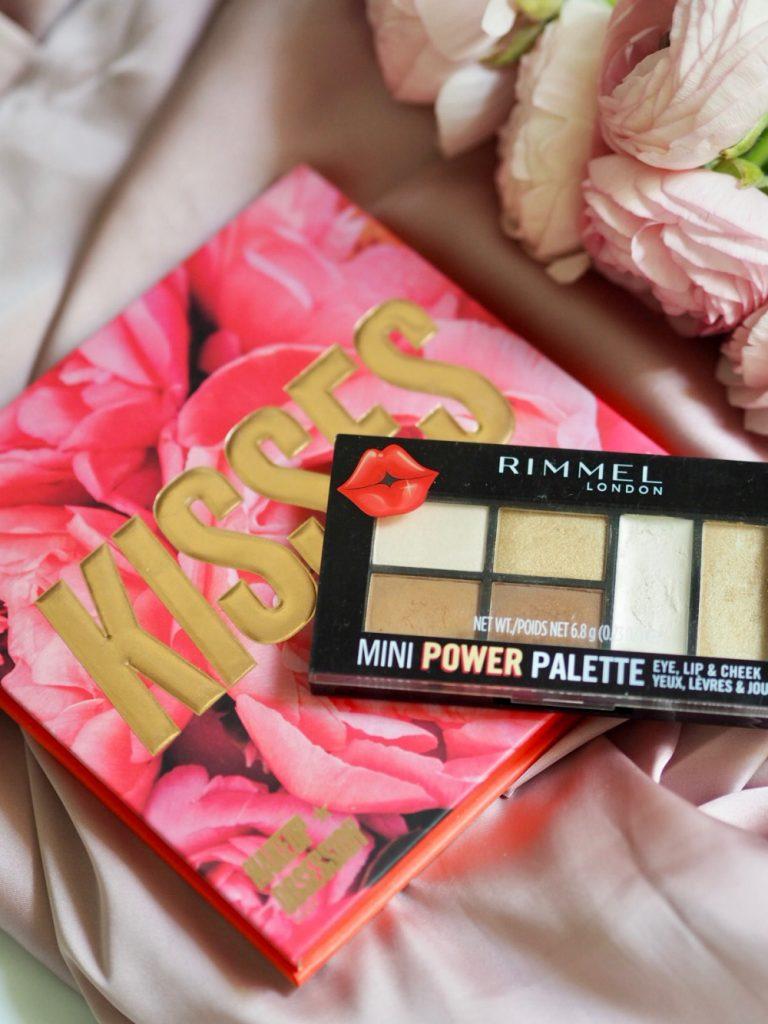 Wybierz kosmetyki w promocji Rossmann -55% takie jak wielofunkcyjna paletka Rimmel Mini Power Palette 002 Sassy czy Makeup Obsession – Kiss! – posłuchaj rad Bless the Mess!